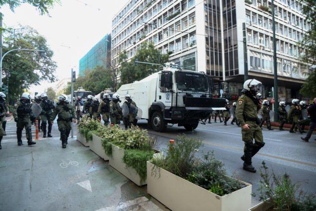 Πρωτόγνωρες εικόνες: Διμοιρίες ΜΑΤ και Αύρες παρελαύνουν σαν στρατός στο κέντρο της Αθήνας