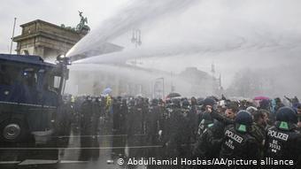 Με αντλίες νερού η αστυνομία διαλύει κινητοποίηση των αρνητών του κορωνοϊού στο Βερολίνο