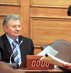 Ο πρόεδρος της Εξεταστικής Επιτροπής για τη Ζίμενς κ. Σ. Βαλυράκης (αριστερά) και ο προϊστάμενος του ΣΔΟΕ κ. Ι. Καπελέρης