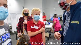 Στις ΗΠΑ έχουν ξεκινήσει οι εμβολιασμοί από 12 χρονών