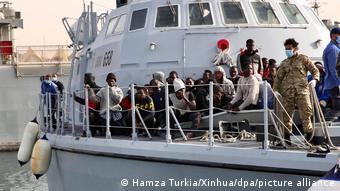 Σκάφος της λυβικής ακτοφυλακής με πρόσφυγες