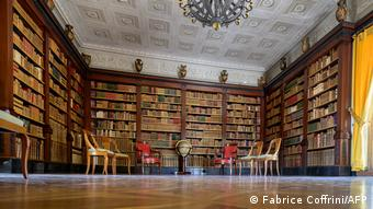 ...στη βιβλιοθήκη θα γίνουν οι συνομιλίες