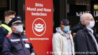 Μάσκα και τήρηση αποστάσεων στους δρόμους