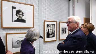 Ο Γερμανός Πρόεδρος Φρανκ Βάλτερ Σταϊνμάγερ στην έκθεση της Έβελιν Ρίχτερ Εμείς είμαστε ο λαός' στη Λειψία